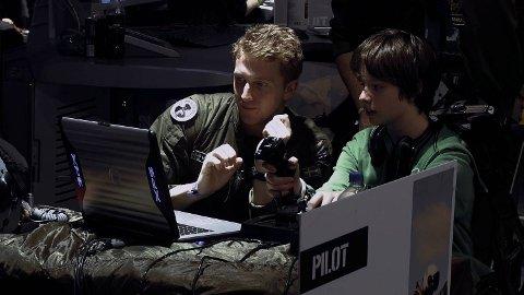 Militærer rekrutterer dronepiloter på dataspillsamlinger i USA. «Drone» forteller hva som følger.