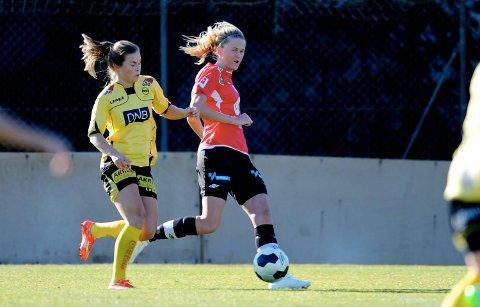 Maria Dybwad Brochmann (t.h.) og Arna-Bjørnar tapte 0–1 mot regjerende seriemester Lillestrøm Kvinner på La Manga onsdag. Her er Arna-Bjørnars kaptein i duell med Emilie Haavi.