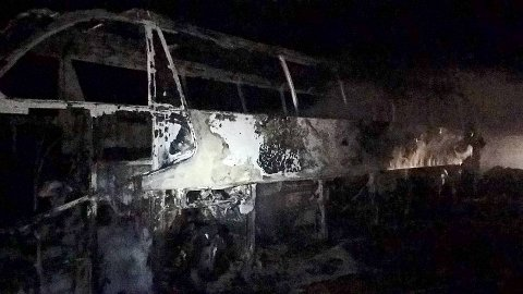 Dette er restene av bussen i Gudvangatunnelen. Foto: Voss brannvern
