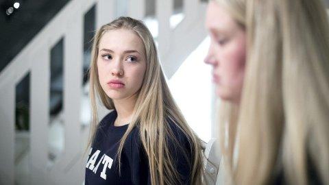 STIKK: På noen måneder gikk Emilie Befring (16) fra å være en frisk og normal 14-åring til nesten å dø av sult. På det verste veide den 170 cm lange kroppen bare 38 kilo. – Det var en helt forferdelig tid. Jeg hadde lyst til å riste hele ungen og tvinge i henne mat. Vi var så livredde for at hun skulle dø fra oss, sier mamma Christine Befring. ALLE FOTO: SKJALG EKELAND.