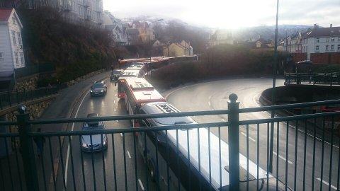 Bussene står bom fast i Sydnestunnelen og køen står nå over Puddefjordsbroen.