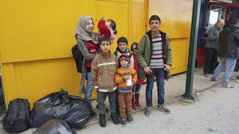 Flyktninger som kommer i land på Lesvos fraktes til flyktningecamper før de reiser visere.