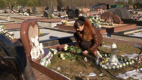 Kristina Sviglinskaja på graven til datteren Monika.