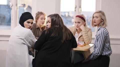 «Skam»-karakterene (fra venstre) Sana (Iman Meskini), Eva (Lisa Teige), Chris (Ina Svenningsdal), Vilde (Ulrikke Falch) og Noora (Josefine Frida Pettersen) har blitt gjengen «alle» vil være en del av.