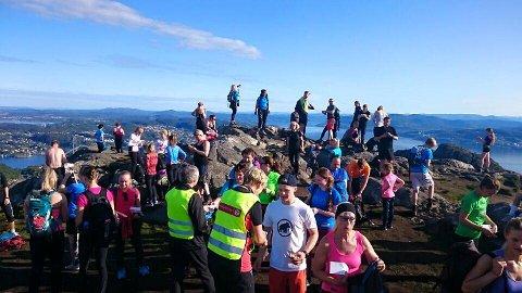 Klokken 09 søndag var det folksomt på Lyderhorn, som er det første fjellet i rekken. FOTO: Foto: Petter Kirkefjord.