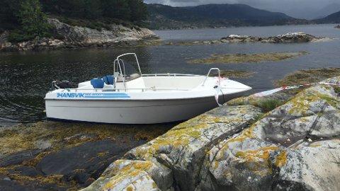 Årsaken til at fritidsbåten gikk på skjæret er ikke kjent. Krimteknisk skal til stedet fredag for å gjøre undersøkelser. Politiet vil også gjennomføre avhør av de involverte når dette blir mulig.