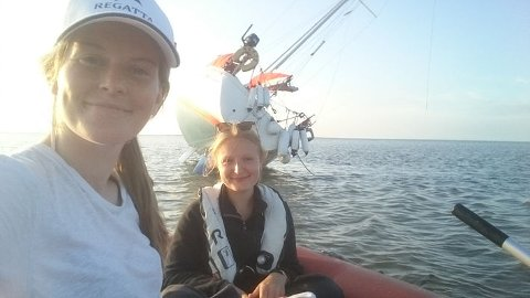 Oda Pedersen Taule (23, t.v.) fra Minde i Bergen og medseiler Martha Slot Thorvald (21) fra Danmark opplevde dramatikk da seilbåten Snuppa gikk på grunn utenfor kysten av Tyskland.