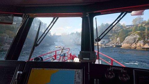 Brannmannskaper fra Askøy og Bergen holdt på i flere timer med slukningsarbeid etter båtbrann ved kaien i Listraumen.