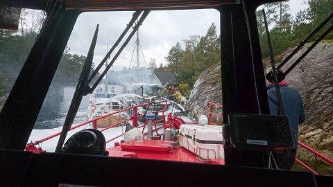 Redningsbåten Sjøbrand fra Bergen Brannvesen bidro i slukkingen av båtbrannen på Askøy søndag.