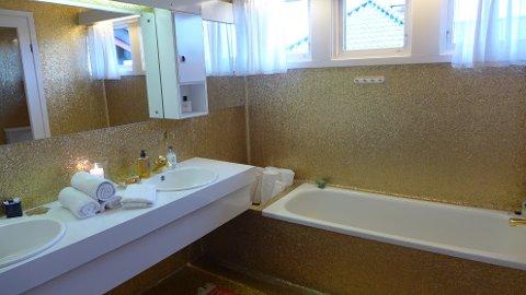 Slik ser det gullbelagte badet ut i villaen til avdøde Arne Bendiksen og hans kone.