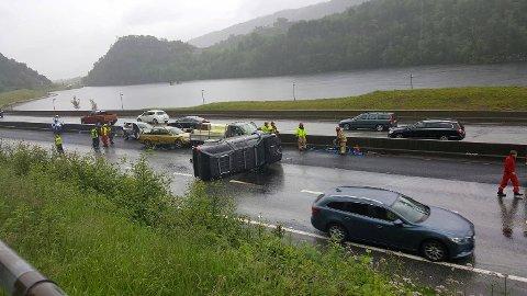 Det ble bom stopp da fem biler kolliderte på Sotraveien.