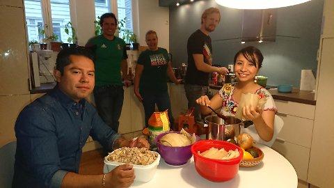 Fra venstre: Jonathan Duran, Jose «Pepe» Martinez, Kristine Eide, Torbjørn Lindbekk og Vanessa Escarcega lager meksikanske matretter som skal selges til inntekt for Røde Kors i Mexico.