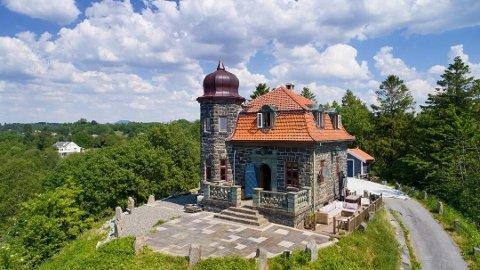 Borgen ligger i ensom majestet på en haug i Blomsterdalen. Den endelige kjøpesummen holdes hemmelig.