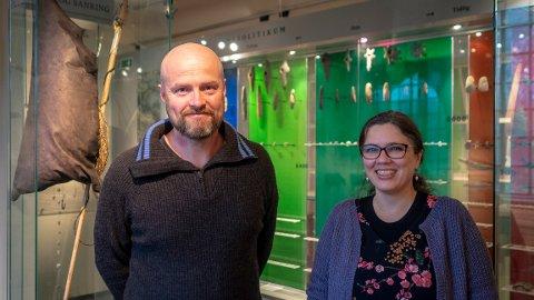 Tor Arne Waraas og Melanie Wrigglesworth er begge er samlingsforvaltere ved Universitetsmuseet i Bergen. De håper folk fortsetter med å levere inn gamle gjenstander de finner.