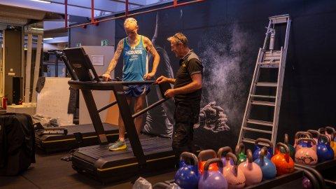 Tekniker Arne Halseth (til høyre) har ansvaret for tredemøllene som skal brukes under rekordforsøket.