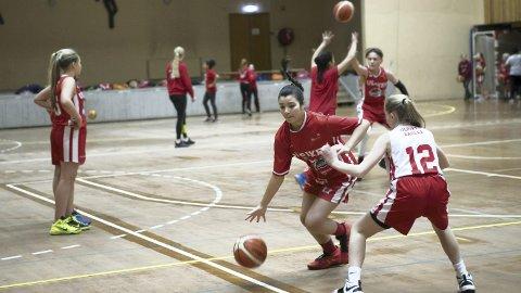 Celine Klett spiller på Jenter 03, et lag som også spiller i Europaligaen. (Foto: Bernt-Erik Haaland)