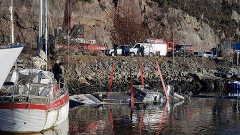 Ved hjelp av blant annet en kran, stropper og en dykker klarte man å få opp båten i Bakarvågen.