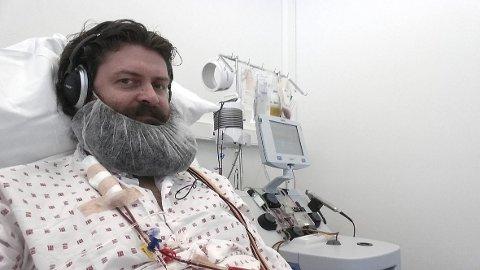 Cato Hjelmeland høstes for stamceller ved Radiumhospitalet. – Jeg satt vel koblet opp slik i tre-fire timer, forteller han.