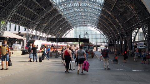 Togenere står på Bergen jernbanestasjon.