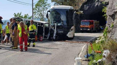 En buss og en bil frontkolliderte i Stryn søndag ettermiddag.