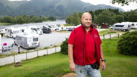 FORNØYD: – Det er aldri galt med godt vær, sier Henrik Lone, daglig leder ved Lone Camping. Som de øvrige campingplassene BA har vært i kontakt med kan han melde om godt belegg og fornøyde gjester. FOTO: ANDERS KJØLEN