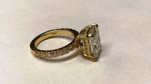 Denne ringen fikk tollerne kloen i i sommer. Det kan koste en 51 år gammel kvinne dyrt.