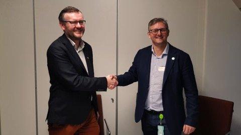 Willy-Andre Gjesdal, direktør Etat for utbygging i Bergen Kommune og Raymond Tuv, regiondirektør i Skanska Bygg Bergen signerte kontrakten om Åsane sykehjem.