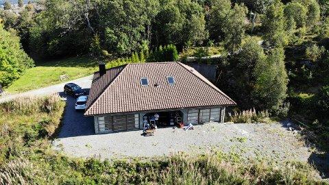 Et flere rettsrunder, er huset igjen lagt ut for salg. Prisen er satt til 3.8 millioner kroner.