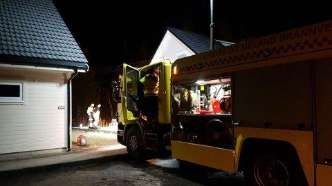 Politi og brannvesen jobbet utenfor boligen, etter at 16-åringen ble kjørt til sykehus.