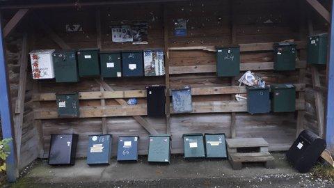 Postkassestativ i Kuvågvegen i Os er utsatt for hærverk. Flere postkasser er revet ned.
