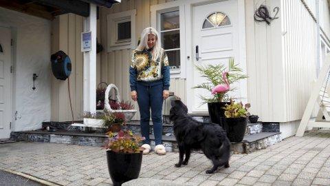 Linda Midttveit og hunden Trixie har mandag formiddag lett etter tingene som ble stjålet.