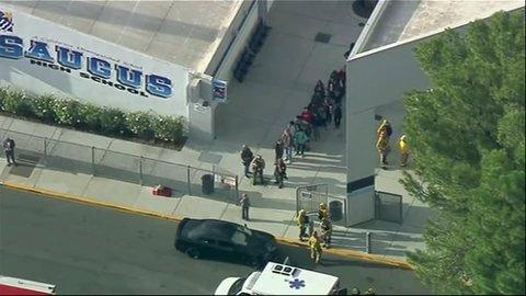 Politiet eskorterte folk ut fra skoleområdet.