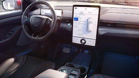 Interiøret på Fords nye elbil Mustang Mach E vil sannsynligvis bli godt kjent for norske bilkjøpere i årene som kommer. Foto: (Ford)