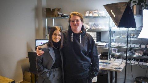 Hedda (23) og Sigve (26) Næss driver smykkefirmaet DBLK sammen. Siden oppstarten i september i fjor, har de solgt gradvis mer og mer for hver måned som har gått. Nå har de passert én million kroner i salg av smykkene de lager.