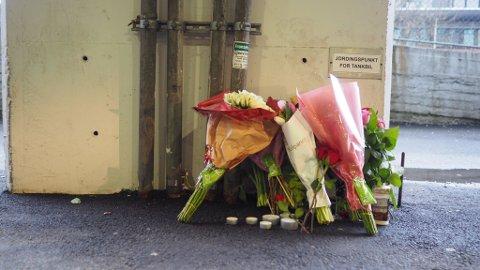 Det er lagt blomster på stedet hvor Said Bassam Chataya ble drept fredag kveld.