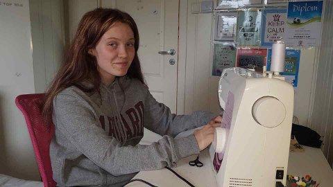 – Jeg har lyst til å fortsette å sy slike luer, sier Dorotea Kalnes Skjervheim (13),