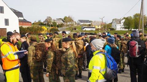 Fra møteplassen på Herdla, ble Sjøforsvaret og Forsvarsbyggs folk fraktet ut til ulike steder i nærområdet med båt.