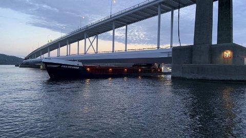 Her sto lastebåten bom fast i Nordhordlandsbroen natt til torsdag 6. juni i 2019.