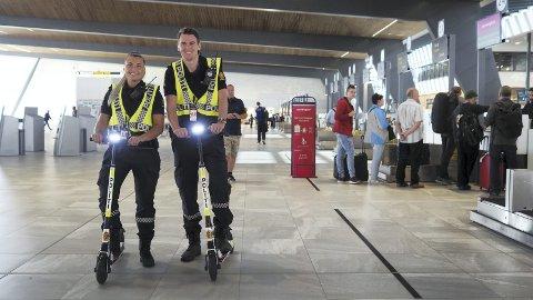 Politibetjentene Astrid Fjøsne og Frode Hauge er fornøyd med at de enklere og ikke minst raskere kan komme seg rundt på flyplassen.