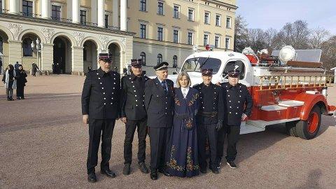 En stilig gruppe på Slottsplassen. Øyvin Konglevoll og fruen Kari-May Turøy med 1920-talls brannmenn på begge sider. Og alle i uniform på Slottet hilste høytidelig på Konglevoll der han kom i sin brannmesteruniform fra Bergen. Foto:: PRIVAT