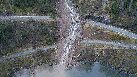 Raset har gått over både fylkesvei 5406 og Kallestadvegen, som er en kommunal vei.