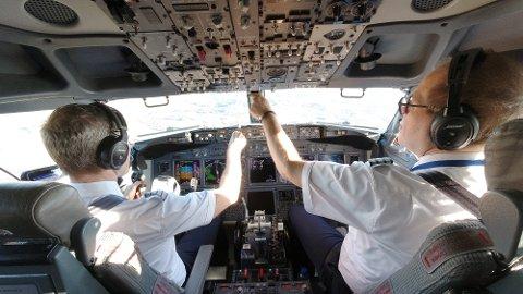 Pilotene Atle Mikaelsen og Carl Harbitz-Rasmussen flyr Bergen - Oslo med 27 passasjerer