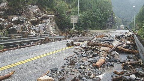 Veien mellom Voss og Bergen er både ulykkesutsatt og rasfarlig, og stedvis høyt trafikkert.