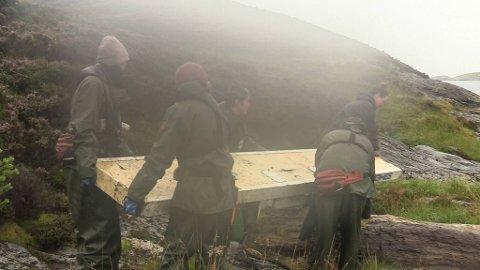 Det ble en strabasiøs tur med antennen for de fem jentene som bar den til båten for å få den fraktet bort.