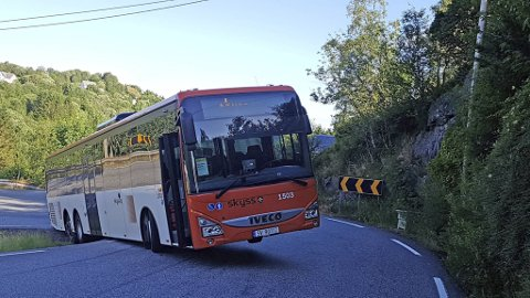 I juni 2020 havnet denne bussen delvis utfor Radøyvegen ved Lunde. Sjåføren måtte svinge brått unna for å unngå en møtende bil. Stedet ligger sør for Marås-Soltveit i Alver kommune hvor veien nå skal utbedres.