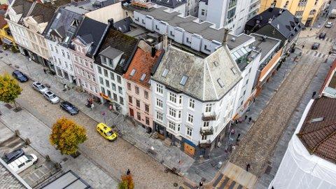 Bygården i Vestre Torggaten 16 ligger helt på hjørnet. Der har det pågått store arbeider i kjelleren.