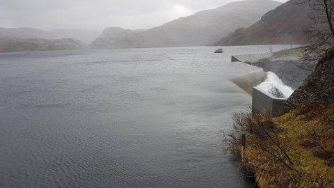 På tampen av fjoråret var det lite forbruk og mye vann i magasinene. Slik så det ut da det var fulle magasin med overløp i Grøndalsvatnet i Eksingedalen i Voss kommune for noen år siden.