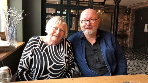 OVERVELDET: Ekteparet Liv Reidun og Rolf Øygarden setter stor pris på støtten den har fått fra hele landet etter at saken deres ble kjent. – Folk har ringt i et eneste kjør. Ja, det har vært folk på døra her med blomster, sier Rolf.