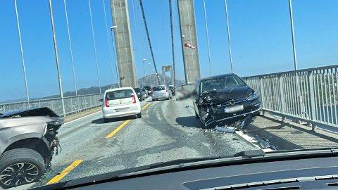 En 22-åring på moped ble påkjørt på Sotrabroen tirsdag ettermiddag.