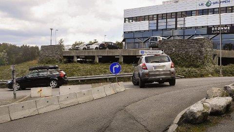 Dette skiltet ved utkjørselen til Sartor senter har skapt hodebry for mange bilister.